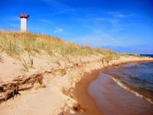 Suvepäevad rannas majaka juures